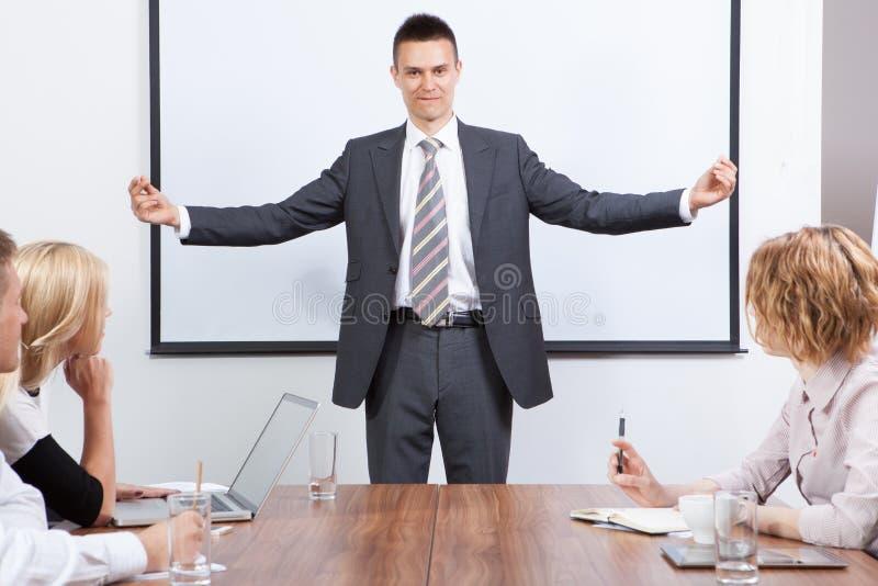 Équipe d'affaires motivée par le présentateur positif image libre de droits