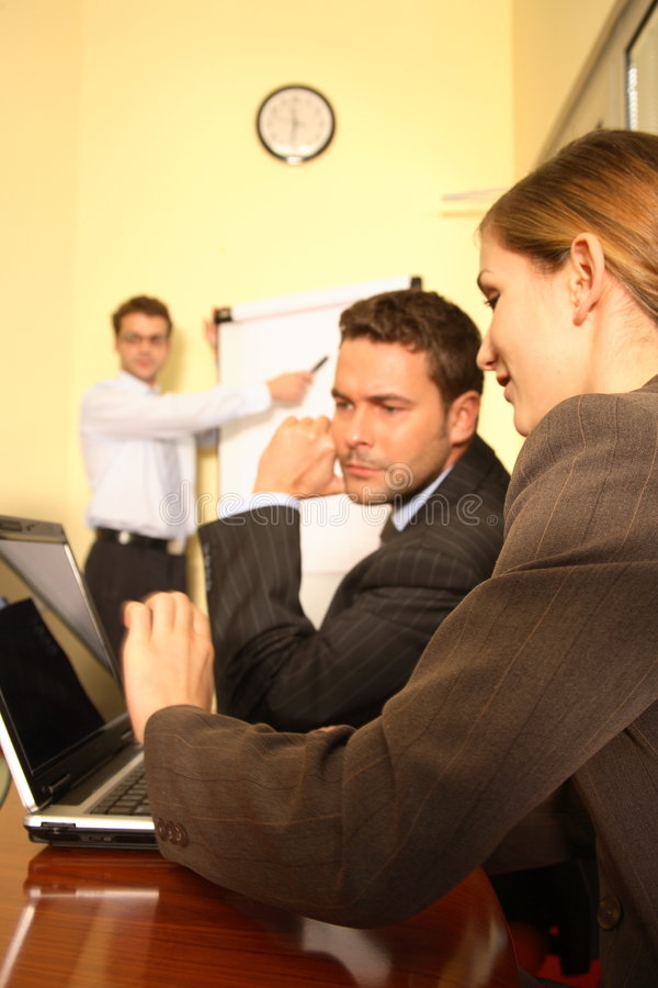 Équipe d'affaires préparant une proposition photos libres de droits