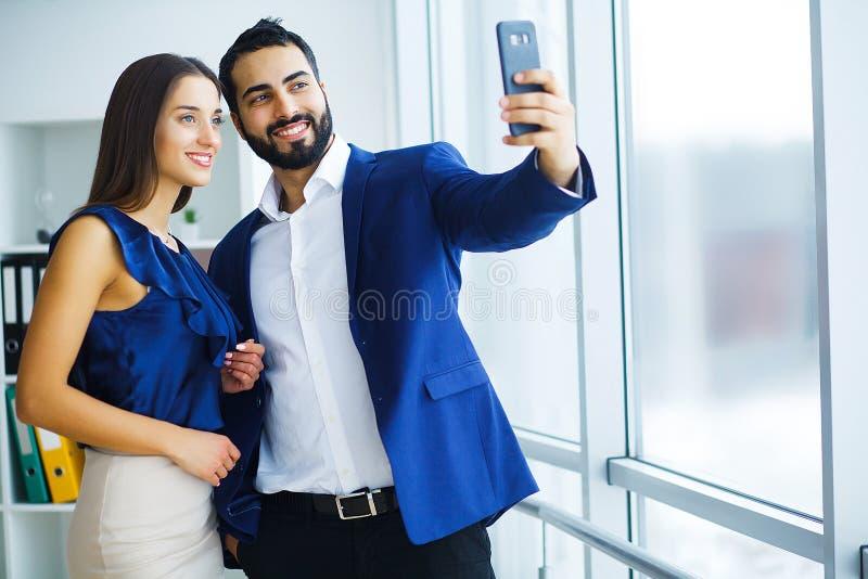 Équipe d'affaires prenant la photo de selfie images libres de droits