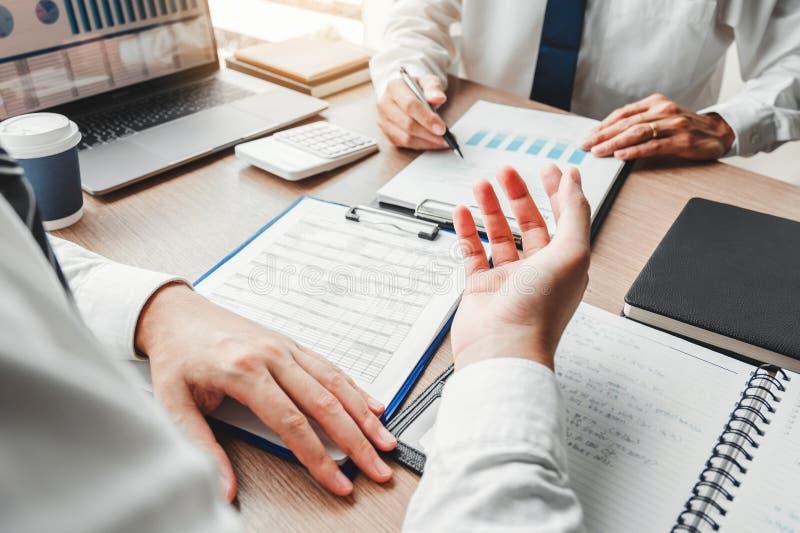 Équipe d'affaires rencontrant la planification de stratégie avec de nouvelles finances de démarrage de plan de projet et le graph photographie stock
