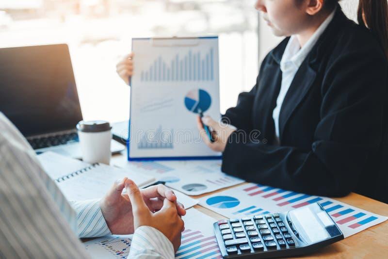 Équipe d'affaires rencontrant la planification de stratégie avec de nouvelles finances de démarrage de plan de projet et le graph image libre de droits