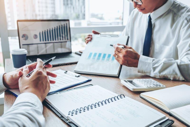 Équipe d'affaires rencontrant la planification de stratégie avec de nouvelles finances de démarrage de plan de projet et le graph photos libres de droits