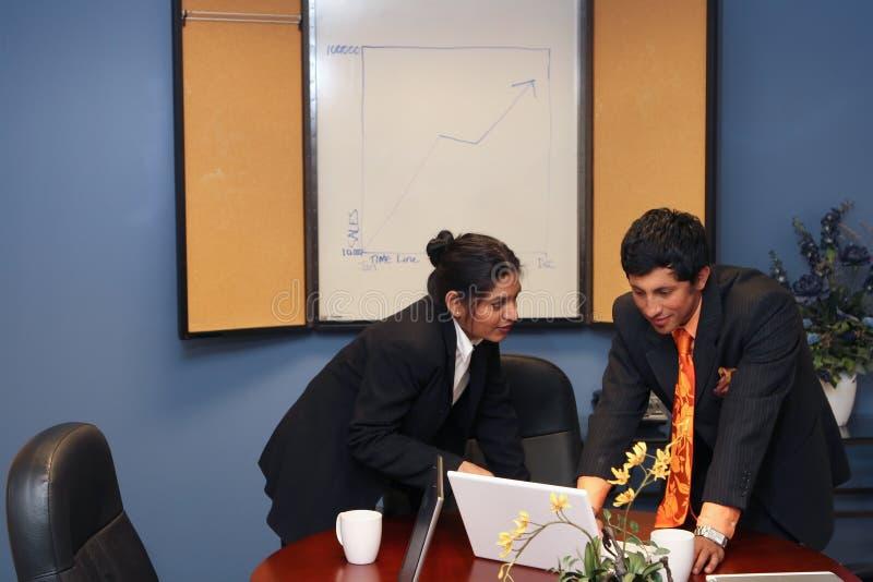 Équipe d'affaires se préparant à la présentation photo stock