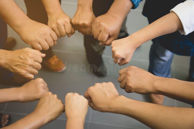 Équipe d'affaires se réunissant ensemble, pile de main ensemble, travail c d'équipe photo stock