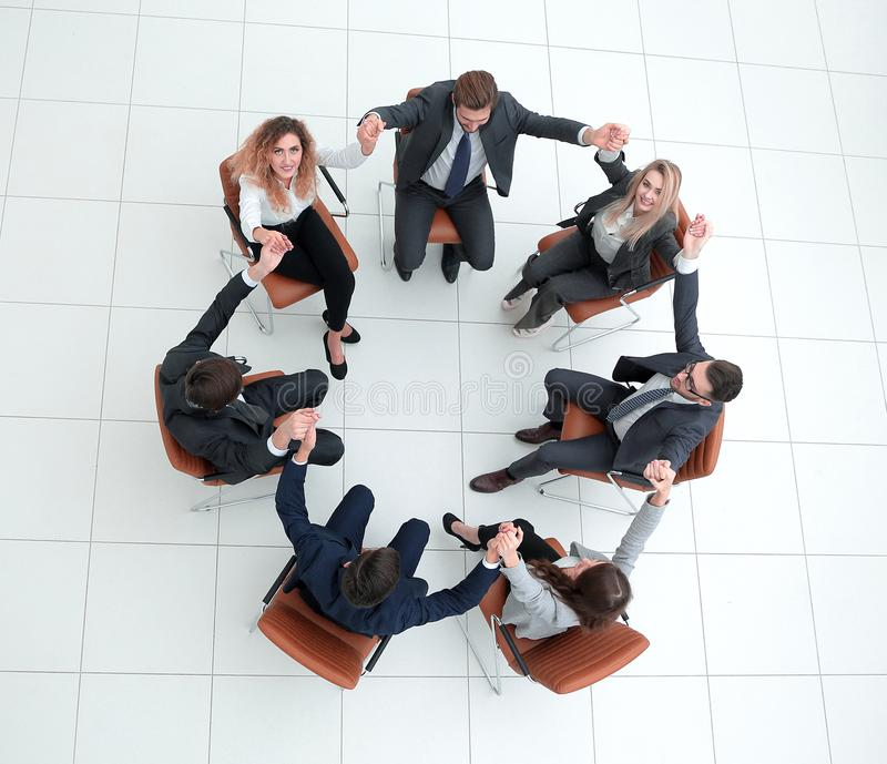Équipe d'affaires se tenant mains du ` s photo libre de droits