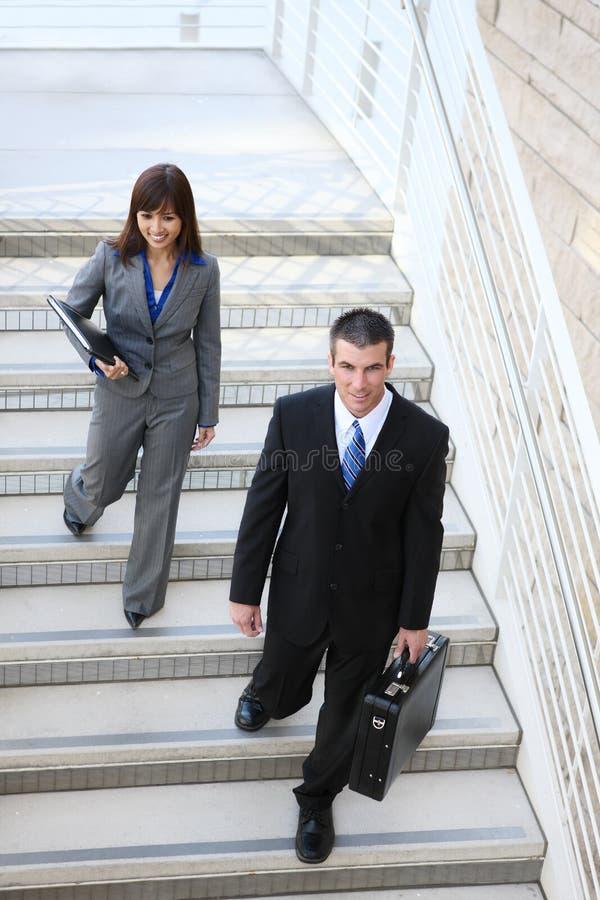 Équipe d'affaires sur des escaliers images stock
