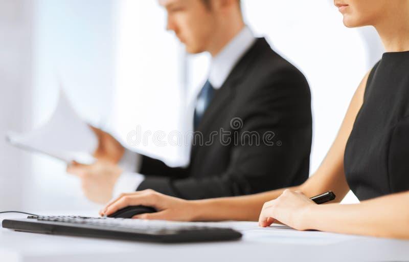 Équipe d'affaires sur la réunion utilisant l'ordinateur images stock