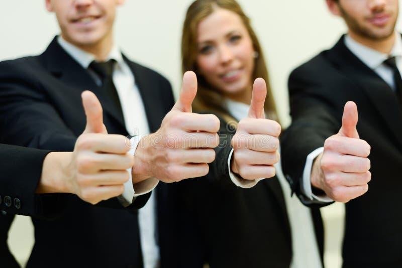 Équipe d'affaires tenant leurs pouces  images libres de droits