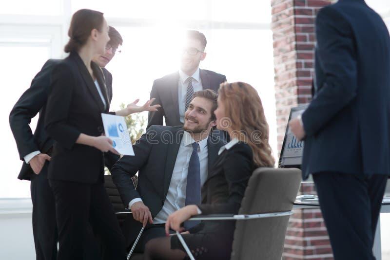 équipe d'affaires travaillant avec des données financières image stock