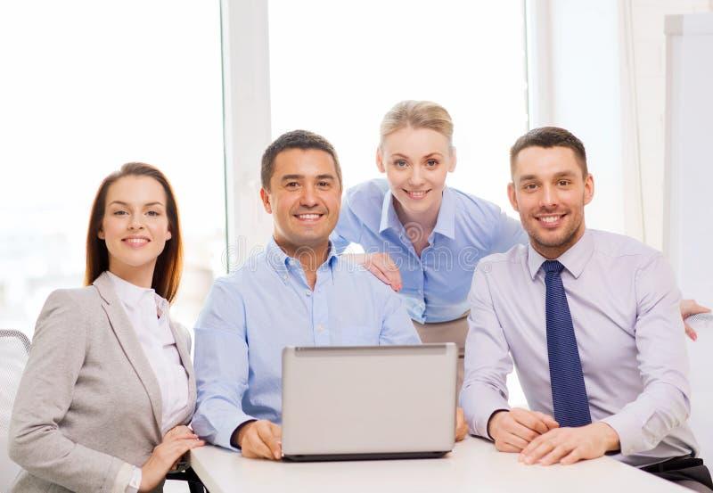 Équipe d'affaires travaillant avec l'ordinateur portable dans le bureau image stock