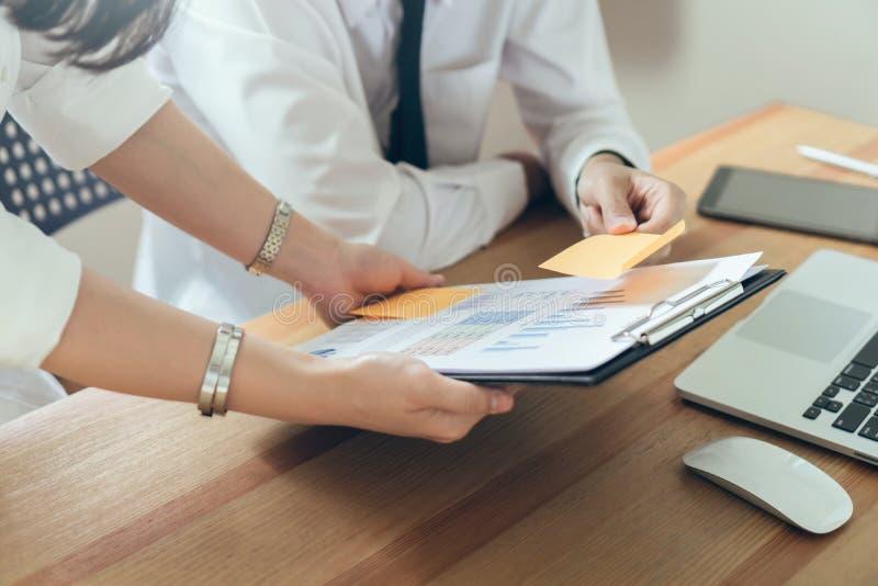 Équipe d'affaires travaillant avec le projet de démarrage dans coworking Utilisant des plans marketing sur l'ordinateur portable images stock