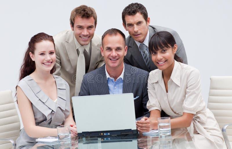 Équipe d'affaires travaillant ensemble dans un bureau images stock