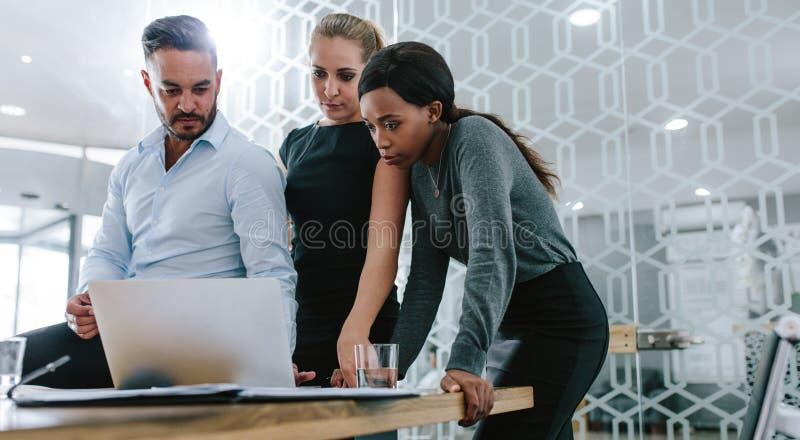 Équipe d'affaires travaillant ensemble sur leur projet image stock