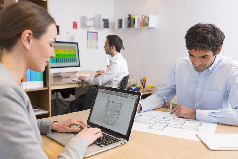 Équipe d'affaires travaillant sur l'ordinateur portable dans le bureau photographie stock libre de droits