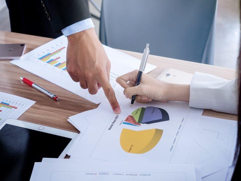 Équipe d'affaires travaillant sur l'ordinateur portable, tout en se reposant au bureau Gens d'affaires photos stock