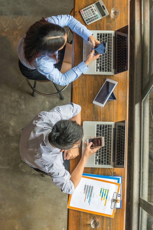 Équipe d'affaires travaillant sur le smartphone, le comprimé et l'ordinateur portable images stock