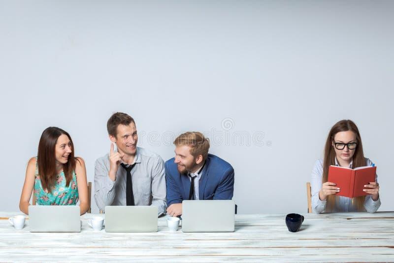 Download Équipe D'affaires Travaillant Sur Leur Projet D'affaires Photo stock - Image du laptops, businessman: 56490296