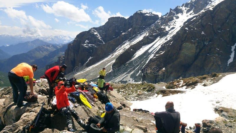 Équipe d'alpinistes à l'expédition s'élevante dans une montagne à Mont Blanc photographie stock