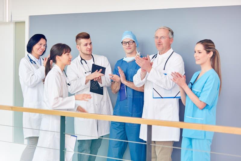 Équipe d'applaudissements de médecins ensemble image stock