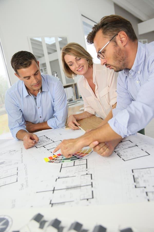 Équipe d'architectes discutant des conceptions de futur images stock