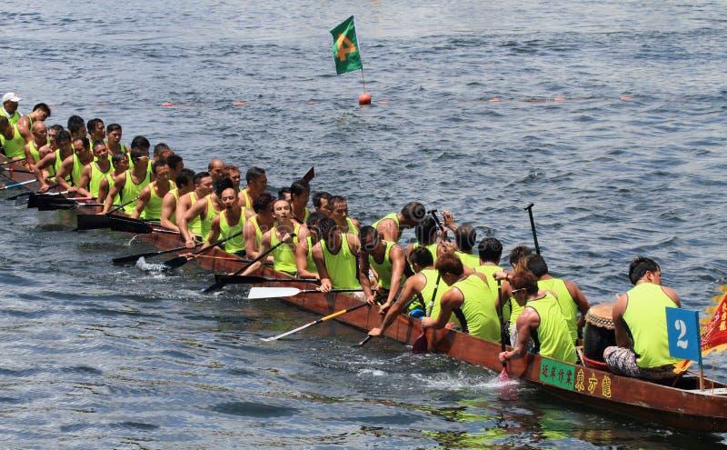 Équipe d'athlètes sur le bateau de dragon images stock