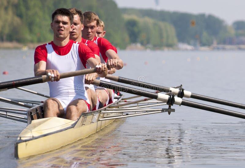Équipe d'aviron pendant le début photos stock