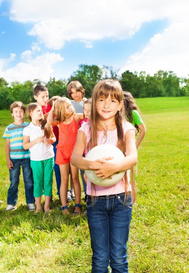 Équipe d'enfants pour jouer la boule photographie stock
