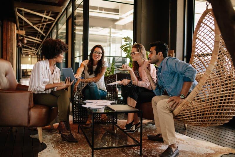 Équipe d'entreprise constituée en société discutant de nouvelles idées image libre de droits