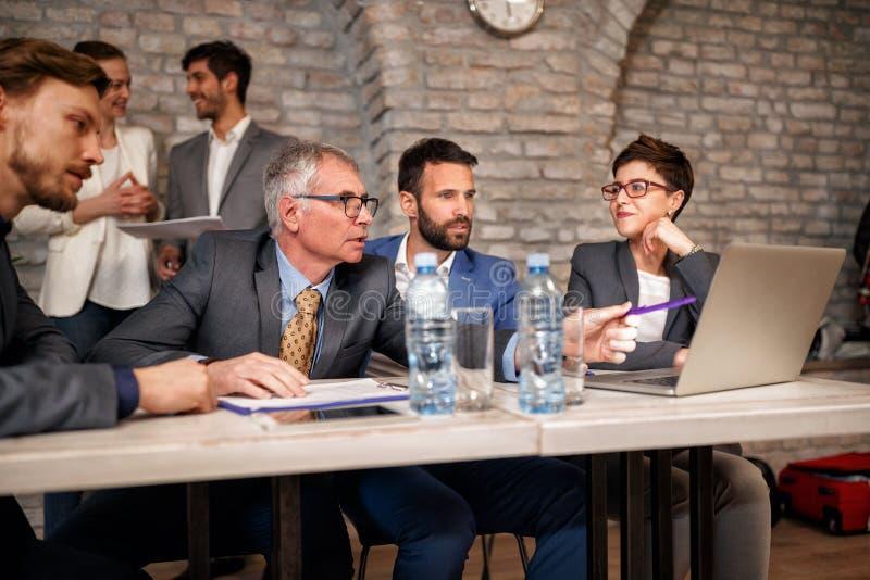 Équipe d'hommes d'affaires parlant sur se réunir photographie stock libre de droits