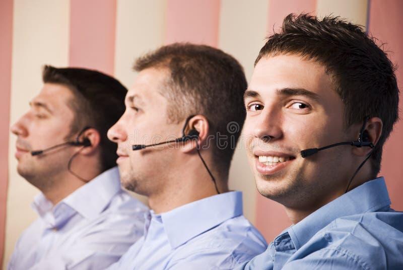 Équipe d'hommes de centre d'attention téléphonique images stock