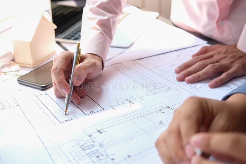 Équipe d'ingénieur d'architecte travaillant au modèle de maison du projet d'immobiliers sur le lieu de travail concept de constru image libre de droits