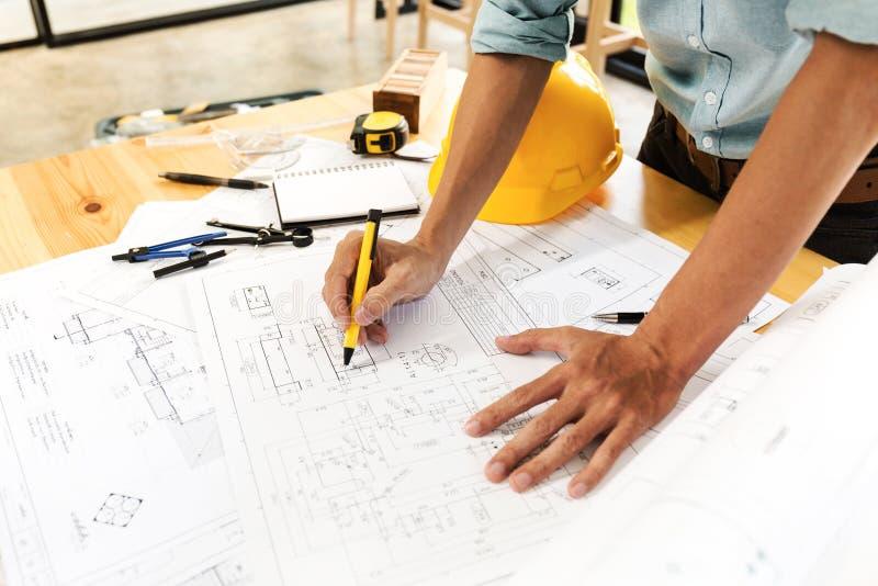 Équipe d'ingénieur de construction travaillant dur photos stock