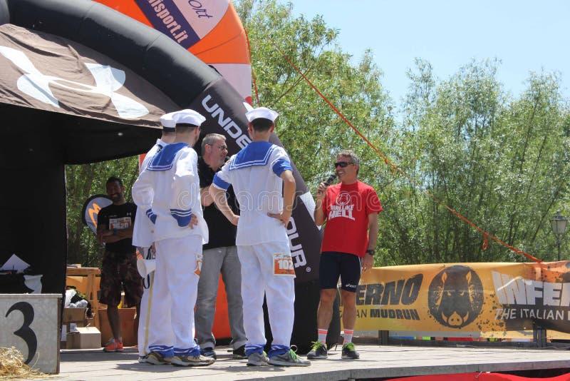 Équipe d'un drôle courant de concurrence habillée comme marins image libre de droits