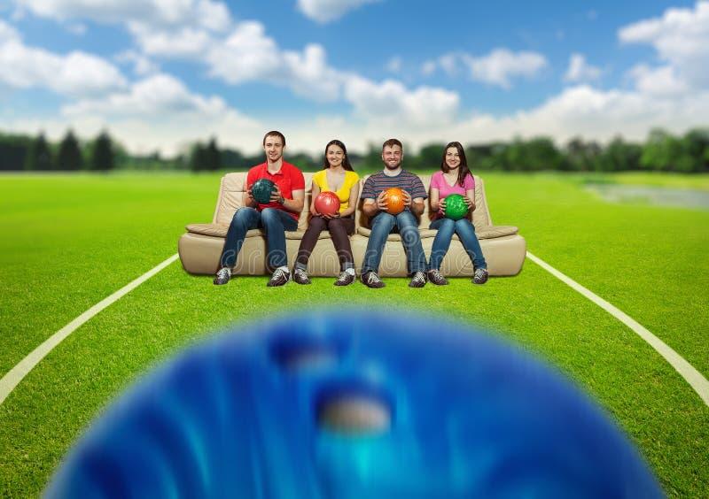 Équipe de bowling sur la pelouse images stock