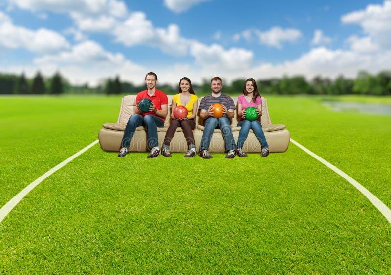 Équipe de bowling sur la pelouse photo stock