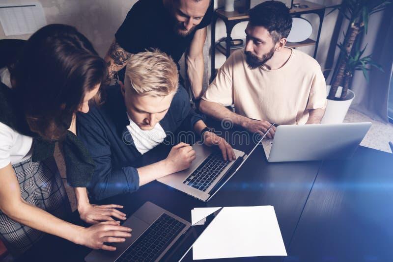 Équipe de collègues au travail Groupe de jeunes hommes d'affaires dans la tenue de détente à la mode fonctionnant ensemble dans l images stock