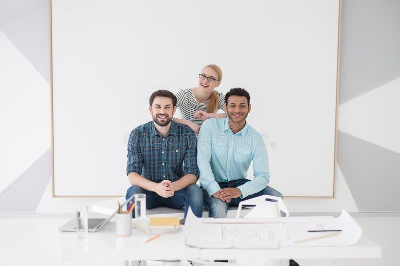 Équipe de collègues créatifs dans le bureau moderne image stock