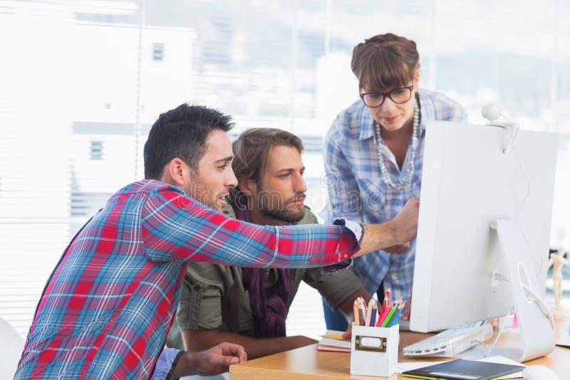 Équipe de concepteurs travaillant sur un ordinateur images stock