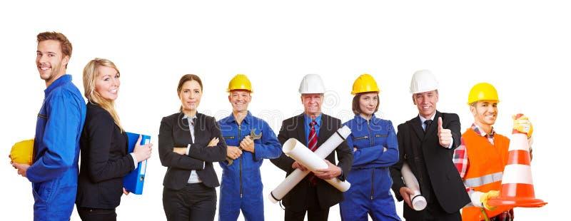 Équipe de constructeurs avec des ingénieurs et des travailleurs images stock