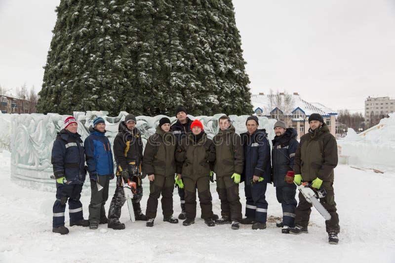 Équipe de constructeurs d'assembleurs de la ville de glace photo stock
