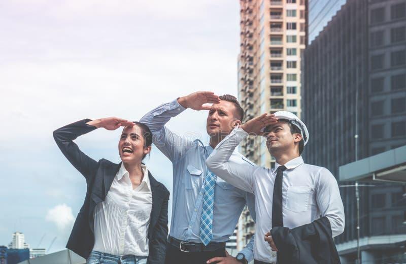 Équipe de construction d'affaires regardant le buil moderne de future ville image libre de droits