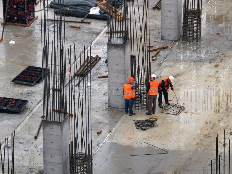 Équipe de construction travaillant sur le site photographie stock libre de droits