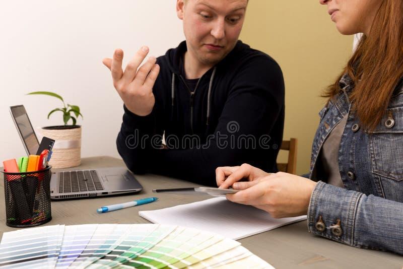 Équipe de créateurs intérieure créative pendant la séance de réflexion travaillant à la La photographie stock