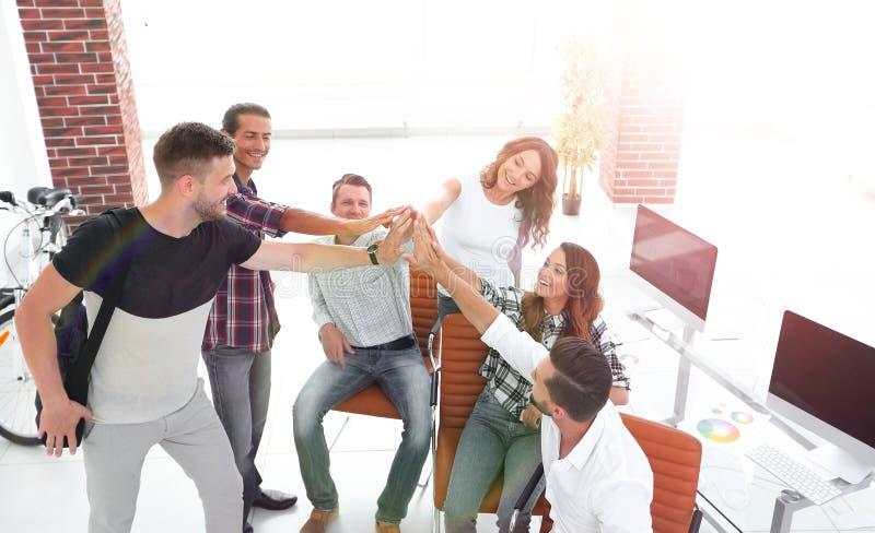 Équipe de créateurs se donnant de hauts cinq photo libre de droits