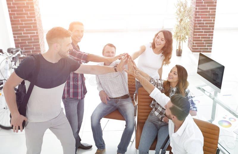 Équipe de créateurs se donnant de hauts cinq photo stock