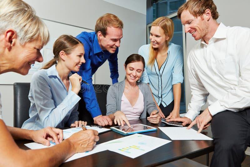 Équipe de démarrage d'affaires avec la tablette photos libres de droits