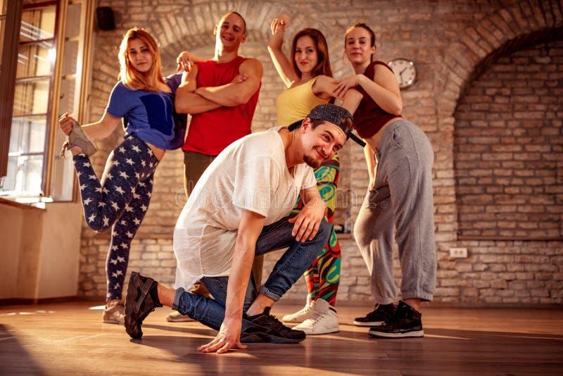 Équipe de danse de passion - mouvements de break dance images libres de droits