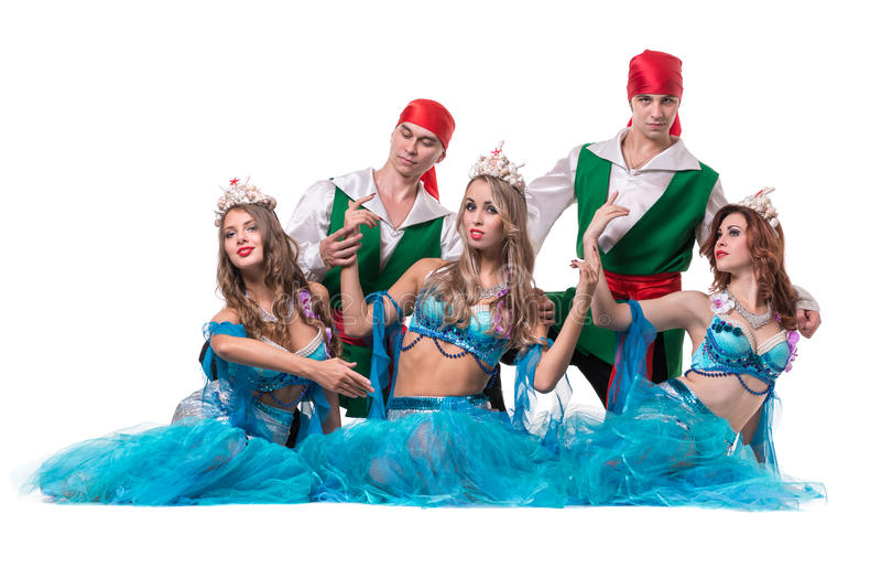 Équipe de danseur de carnaval habillée comme sirènes et pirates D'isolement sur le fond blanc dans intégral photographie stock libre de droits