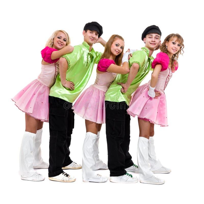 Équipe de danseur portant portant une pose russe folklorique de costume photographie stock