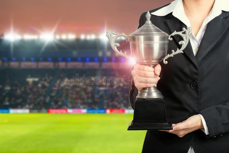 Équipe de directeur du football tenant des champions de trophée dans le stade images libres de droits